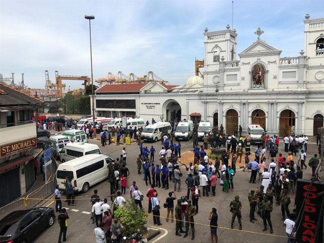 警方抵达发生爆炸的教堂展开调查。(路透社)