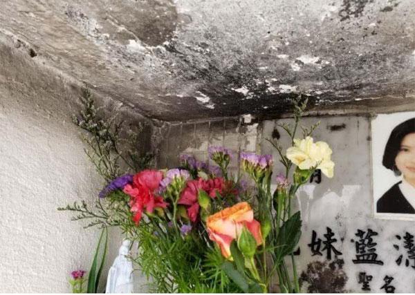 蓝洁瑛墓碑周围墙身被烟熏黑。