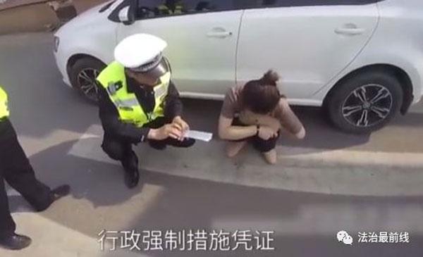 """用丈夫驾照开车 遭警拦查硬拗""""我变性了"""""""