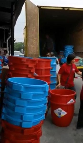 2天后即将迎来86小时大制水,让人瞄准商机,大量出售水桶。