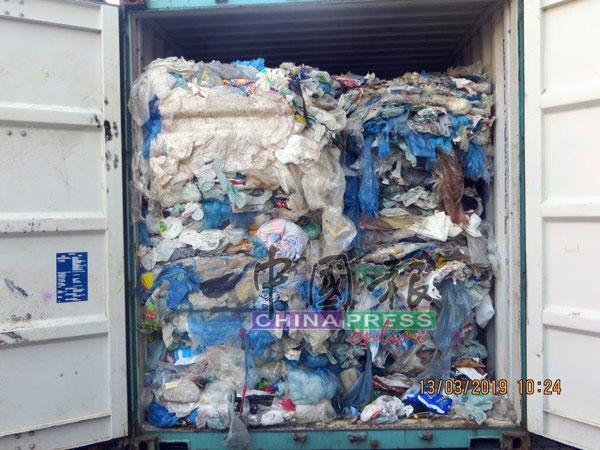 环境局执法官在其中一个被截获的货柜中发现大量洋垃圾,而货柜内都是一些用过的塑胶纸袋等。