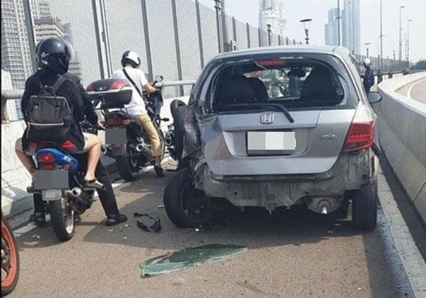 轿车误闯长堤摩哆专用道,疑欲后退时撞倒摩哆。(档案照)