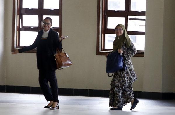 第20名证人罗莎雅(右)面对镜头时,态度大方。左边那个应该会是之后的第21证人。