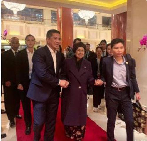 阿兹敏阿里(前排左)扶着首相夫人西蒂哈丝玛(左2)步入下榻的酒店。(截图取自阿兹敏的Instagram)