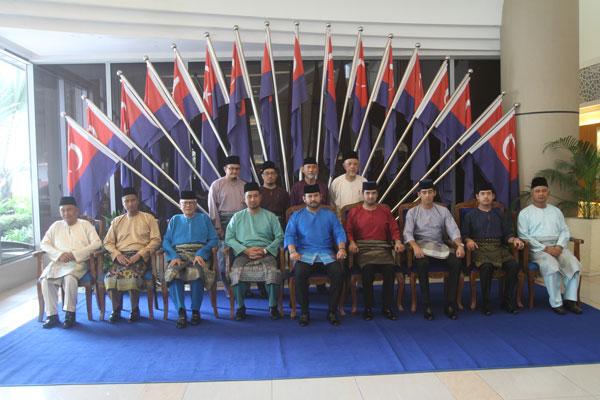 """柔佛王储东姑依斯迈(前排左5)和柔佛王室成员出席""""第七届伊斯兰学者大会""""。"""