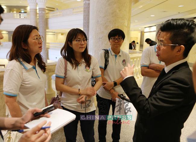 赖奕汎(右)向吴易甜家属讲解,左起为沈依玲、沈依莲及友人黄若琇。