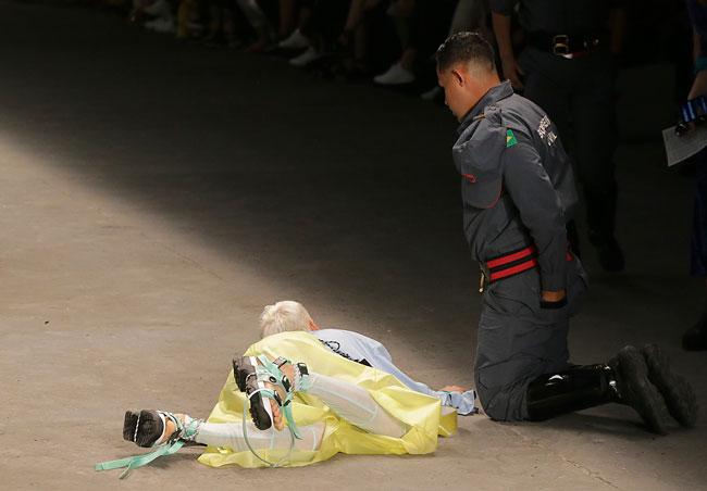 巴西圣保罗时装周,模特儿索雷斯在走秀时跌倒后送医不治。(美联社)