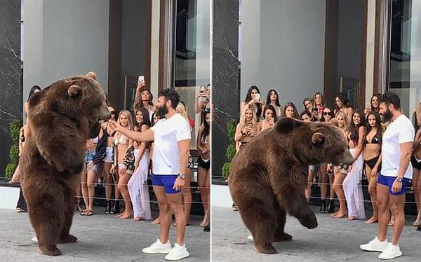 比萨瑞恩在豪宅派对里喂食棕熊炫富。