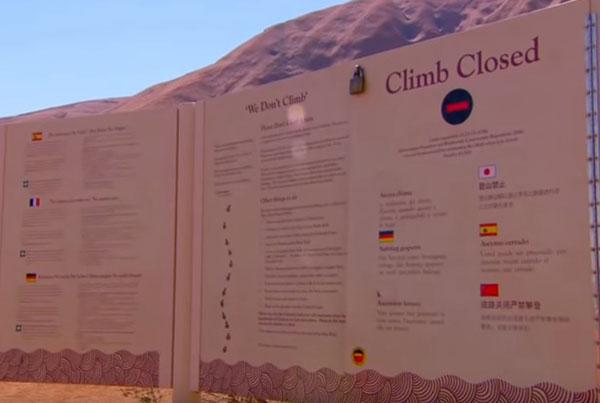 乌卢鲁岩石景点内禁止攀爬的告示。