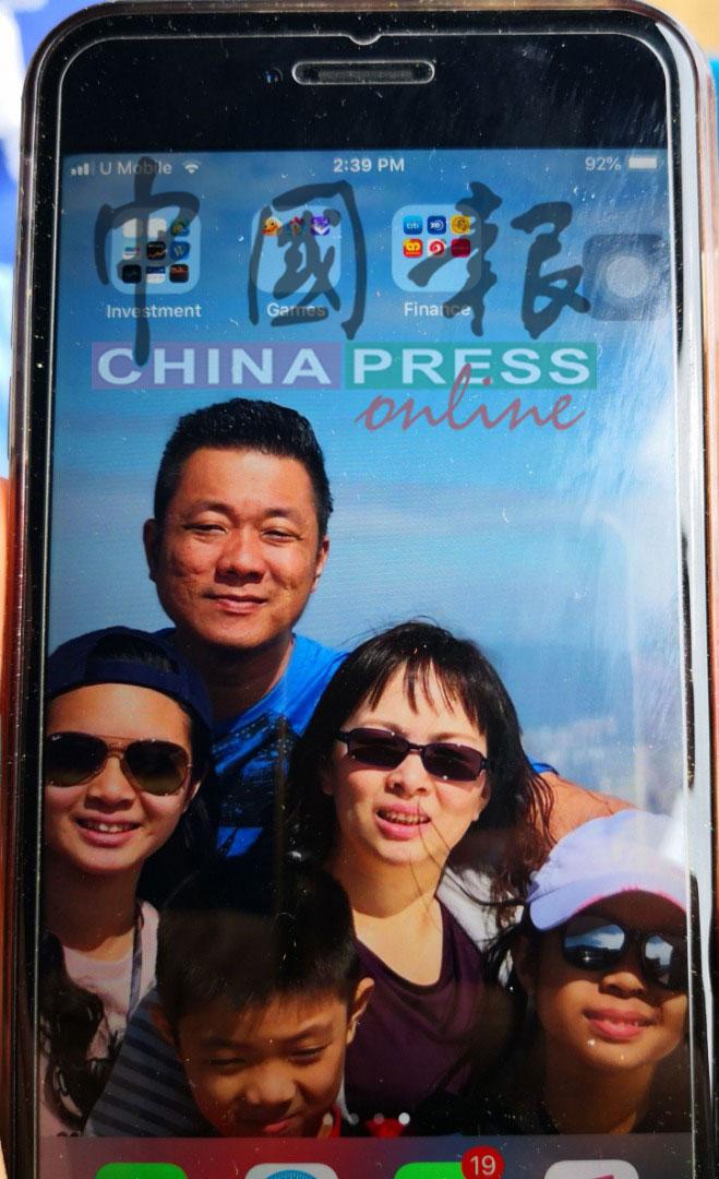 江霖辉(后)生前与一家人出游时所摄的照片,一直是妻子手机里的页面图。