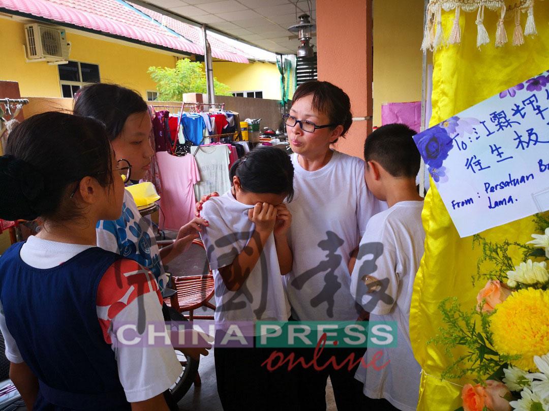 """""""同学,别难过,要坚强"""";江彩蓉(左3)的同学也到来慰问。"""