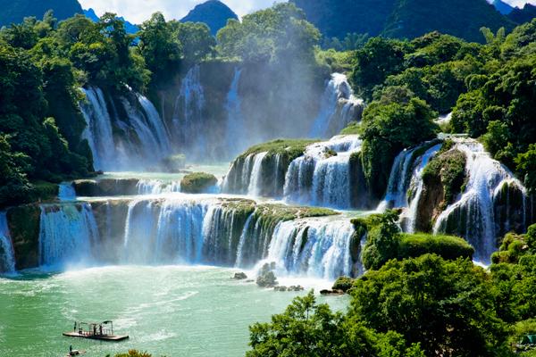 德天瀑布70公尺高落差飞泻而下,一波三折,形成三级瀑布,是原生态的自 然景观,是不是发现自己在这宇宙万物里太微不足道了? (图片来源:123RF)