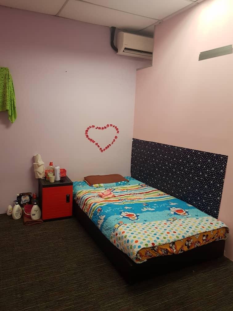 """卖淫集团在单位内,设有多间房间,充当嫖客及外籍女郎的""""炮房""""。"""
