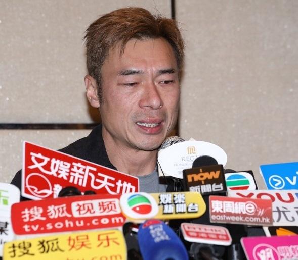 许志安在长达约7分钟的记者会现场不时哽咽。