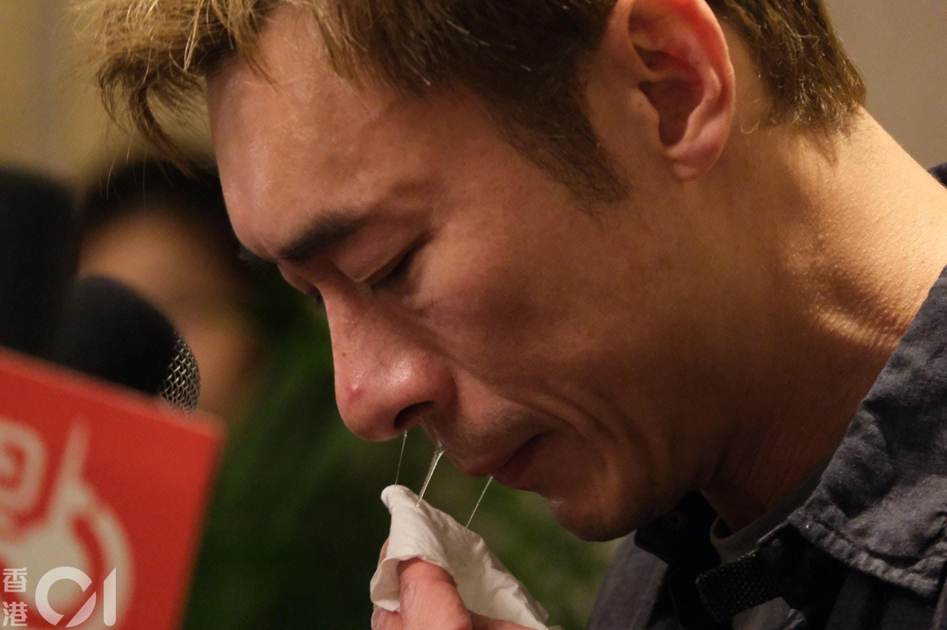 越讲越激动的许志安,一度要用纸巾拭泪和鼻涕。