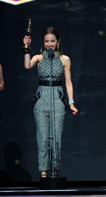 蔡依林2015年以专辑《呸》获金曲最佳华语专辑奖,开心举起奖座。