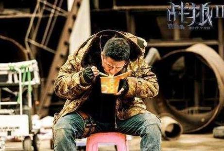 吴京在拍摄《战狼2》时仅以泡面充饥。(图取自网络)