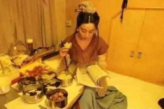 范爷边读剧本边享受美食。(图取自网络)