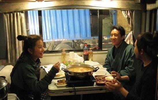 赵薇在保姆车里开伙吃火锅,被揶揄真奢侈!(图取自网络)