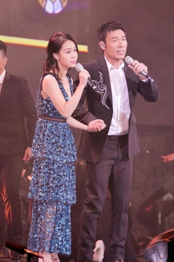 许志安和黄心颖去年在节目中合唱《会过去的》。
