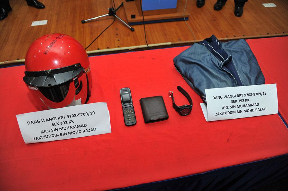 警方在行动中起获1辆摩哆、头盔、手机、手表、钱包和干案时穿的外套。