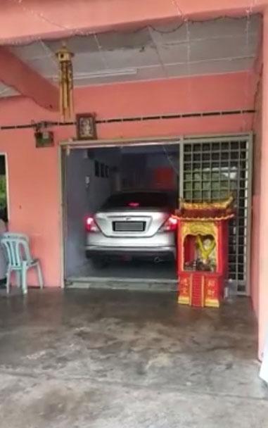 面子书于日前流传一个1分29秒的视频,视频中可见一辆轿车停泊在住家客厅内。
