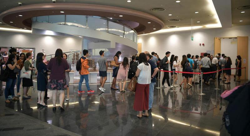 800多名学生到场参与公开会议,挤爆讲堂。(海峡时报)