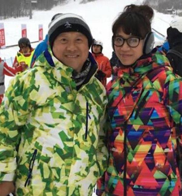 曾志伟(左起)与阿雪去年12月到北海道滑雪,路途发生车祸,让阿雪身分因此曝光。