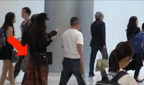 身穿白衣的曾志伟(中)走在前头,身后的阿雪背着刚买的菜,2人一同离去。翻摄香港《壹周刊》