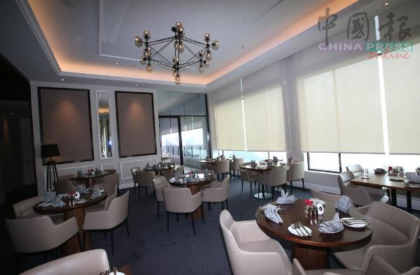 贵宾餐厅内环境幽静舒适,皮革座位和餐具精致又讲究,贵气典雅,倚窗遥望美景,是度过优雅惬意午后时光的完美选择。另藏有小房密室,提供等候入住或退房的客人小休,可说是非常贴心的服务。