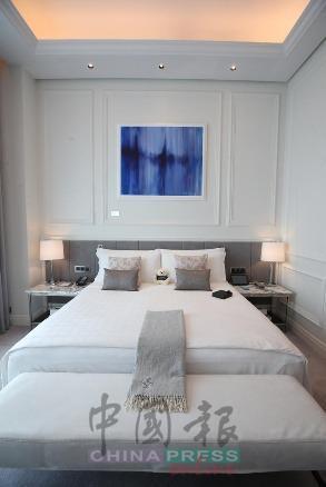 睡房以大面积的白色作为墙面的主色调,整个空间显得光亮而有格调,而床头上的壁画则选用跳脱的蓝色,为这个纯净素色的空间,注入一丝活力,显得沉稳却不沉闷。
