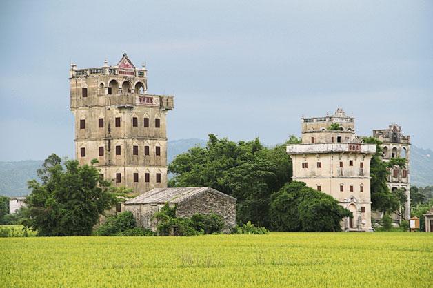 矗立在开平田园上的碉楼群,是遗落在岭南的历史幸存者。