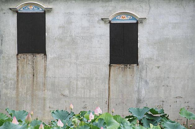碉楼的铁窗和装饰,混合了中西文化图腾,同时也具有防盗作用,是中国古建筑史最独特的人文景观。