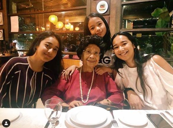 美拉艾雅娜(坐者右起)不时上载与家人的生活照。坐者中为奶奶敦西蒂哈丝玛。(图取自instagram)