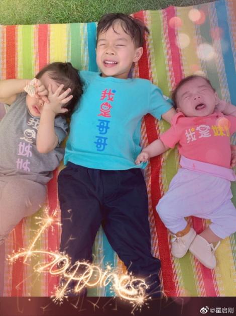 霍启刚在微博发布3名子女的合照。