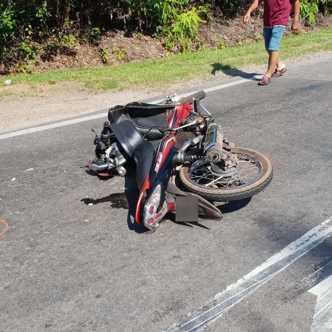 摩哆在车祸后翻覆倒地。