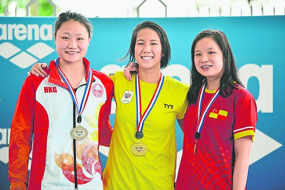 爱丽莎丽安在女子50公尺蛙泳夺得赛会个人第3金,香港简绰桐(左)和另一大马选手陈安琪(右)分列2、3位。