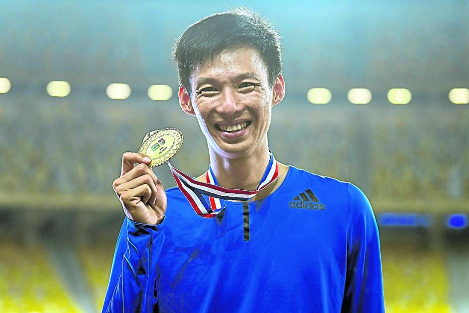 跳出赛季最佳的李合伟,展示他的男子跳高金牌。