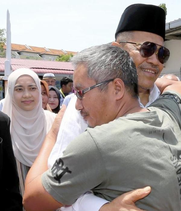 沙希淡卡欣(右2)获假释,出庭笑着与好友拥抱。