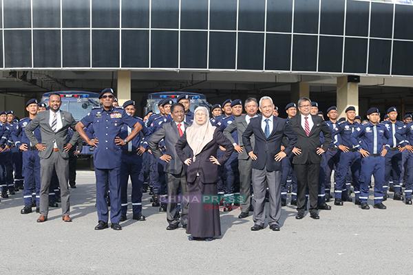 旺阿兹莎(中)在巡视特别天灾援助与拯救队(SMART)总部后,逗趣和队员们一起摆出姿势合照。