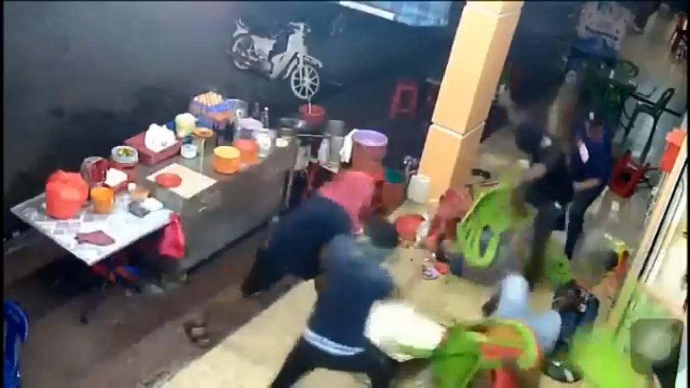 """被殴的2人仅以肉身和塑料椅""""招架""""。"""