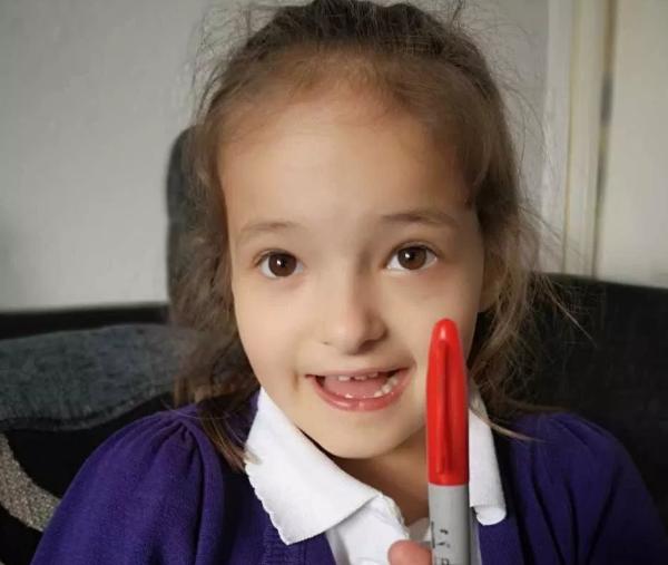 """这支红色马克笔,就是莉莉的""""说谎工具""""。"""
