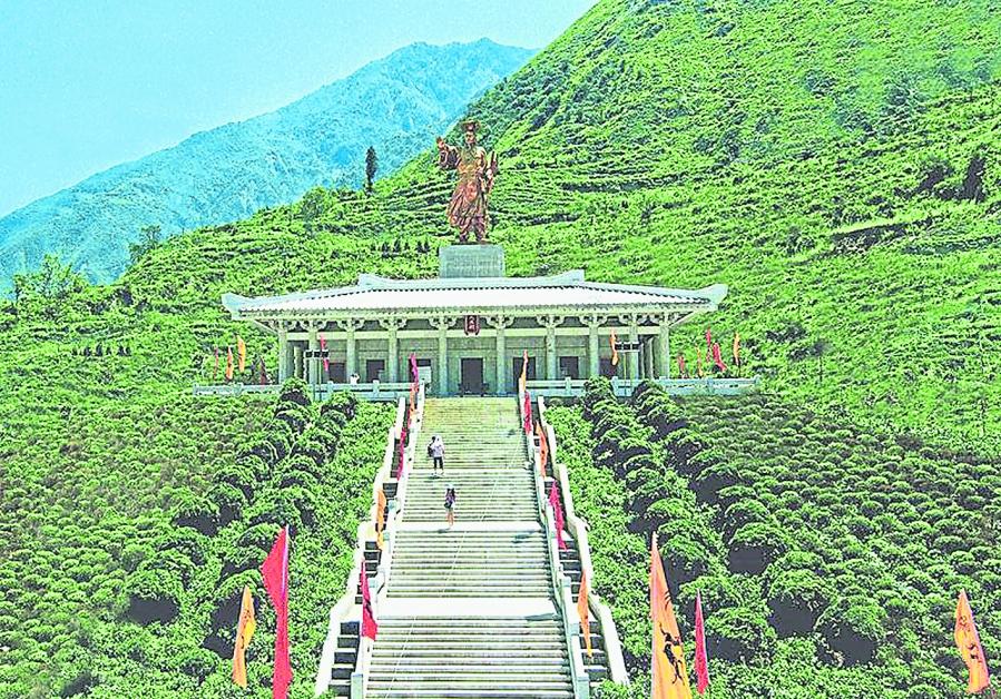 """2008年汶川地震后,北川与汶川两县借机同时在重建中打出""""大禹""""牌。图为汶川县的大禹文化旅游区。"""