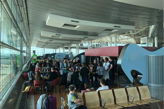 受影响乘客滞留在机场,等待航空公司安排。