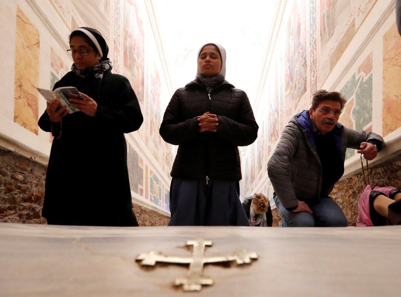 """相传耶稣曾在阶梯上三处滴下""""宝血"""",这些点也被以中世纪十字架做记号,参访信徒跪着步上这28阶楼梯时,会停下来亲吻触摸这些十字架。"""
