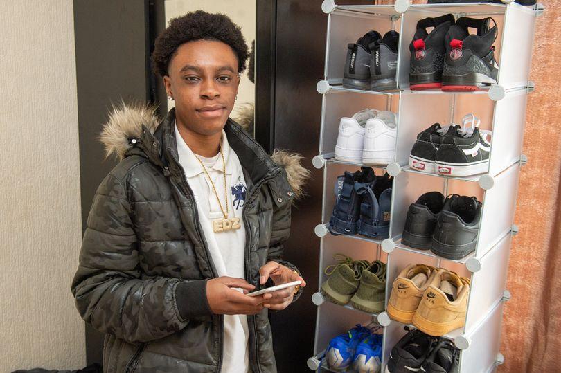 爱德华用赚的钱给自己买了几双鞋子。