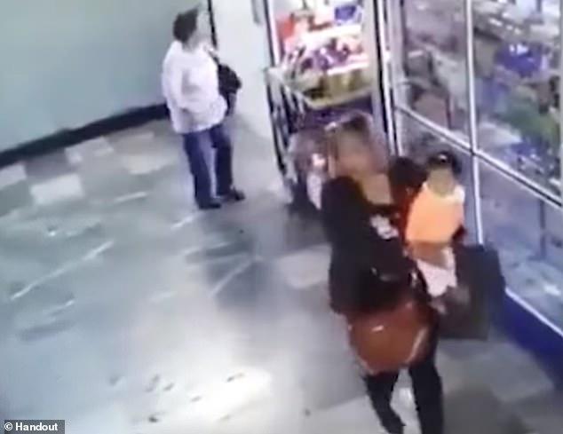闭路电视画面显示,身穿黑衣的一名陌生女子把南希掳走。