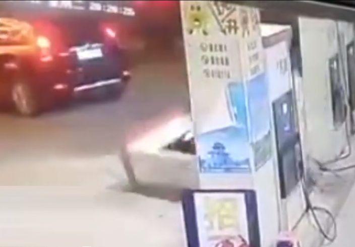 大头虾司机打油后,忘将油枪放回原位,结果拖倒机器,导致油站火灾。