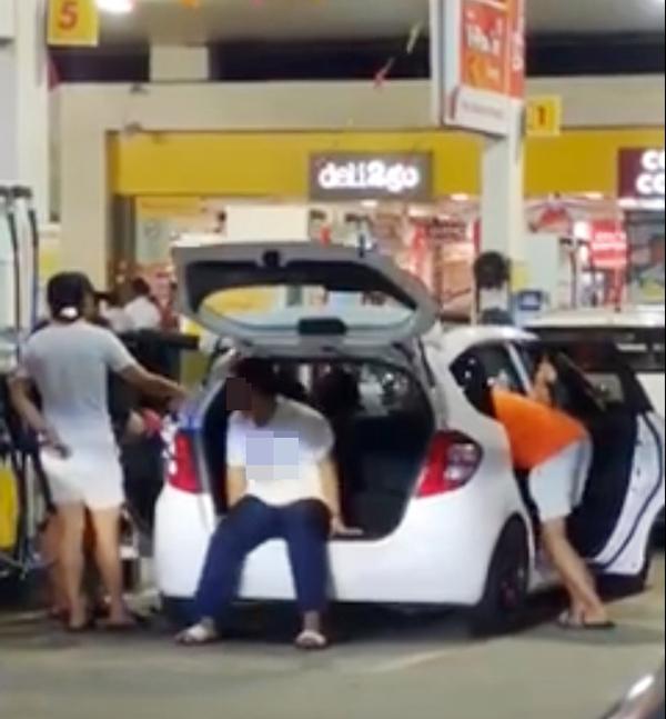 在新山的一家油站,四个人为了让汽车多添油而齐齐出动,其中两人负责摇晃汽车,以便让汽车能多添些油。(取自面子书)
