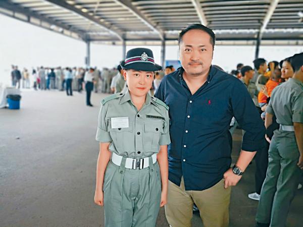 绰瑶与警署警长张涌九年前结缘,张一直扶助绰瑶姐弟,更鼓励绰瑶投考警队。